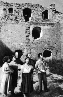 У оборонительной стены с бойницами. Фотография в буклете «Белгород-Днестровская крепость». 1961 г.