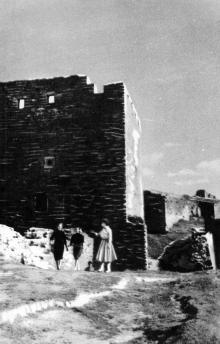 Во дворе крепости у башни Пушкина. Фотография в буклете «Белгород-Днестровская крепость». 1961 г.