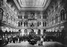 Здание почтовой конторы со своими служащими, 1901 г.