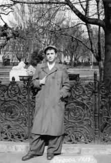 Привокзальный (Пушкина) сквер. Возле решетки Андрей Иванович Езеров. Одесса. 1958 г.
