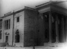Разрушенное здание музыкально-драматического еврейского театра на ул. Комсомольской (Старопортофранковской), в будущем кинотеатр «Родина», 1944 г.