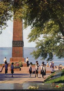 Памятник неизвестному матросу. Фото И. Артюхина. Открытка из набора «Одесса». 1981 г.