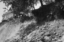 Оползень на Ланжероне, ул. Черноморская. Снимок сделан участником австро-германской оккупации Одессы. Фотооткрытка. Май, 1918 г.
