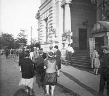Одесса. Перед входом в здание вокзала. Фотография 1920-х гг.