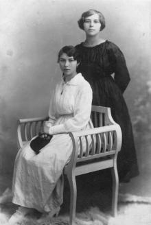 Мария (сидит) и Феодосия (стоит) Езеровы, сестры Петра Езерова. Ок. 1917 г.