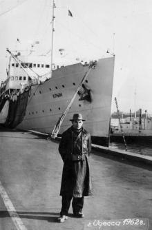 Теплоход «Крым» у морвокзала Одесского порта. 1962 г.