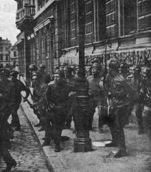 Стычка юнкеров с петлюровцами в 1919 году. Справа дом № 6 по Екатерининской площади. Фото в журнале «Огонек» № 43, 23 октября 1927 г.