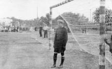 На стадионе в Беляевке. Вратарь у ворот. Конец 1950-х гг.