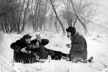 На реке Турунчук ребята парадируют картину В.П. Перова «Охотники на привале». 1970-е гг.