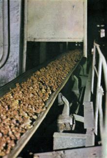Цех медного купороса. Подача медных гранул в башни. Фото в брошюре «Одесский суперфосфатный завод», 1986 г.