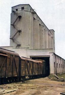 Склад основного вида сырья — апатитового концентрата. Фото в брошюре «Одесский суперфосфатный завод», 1986 г.