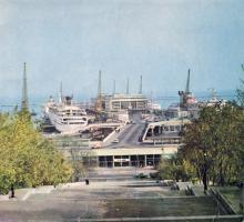 Вид на морской вокзал Одесского порта с Потемкинской лестницы. Фото в брошюре «Одесский суперфосфатный завод», 1986 г.