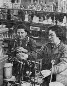 В заводской лаборатории. Фото в очерке «Арсенал земледельцев». Одесса. 1974 г.