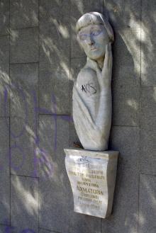 Памятник Ахматовой на 12-й ст. Фонтана. Фото О. Владимирского. Одесса, июнь, 2006 г.
