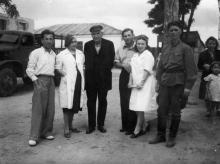 В дом отдыха одесской облинстрахкассы. 1948 г.<br /> Слева направо: т. Деготь, зав домом отдыха, Роза Лившиц, Боркун (в костюме), Сергиенко, Аня-бухгалтер дома отдыха. В военной форме отдыхающий