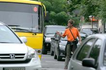 Грузчик с «Привоза» регулирует движение в центре Одессы