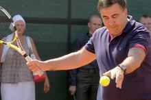 Одесский губернатор поиграл в теннис во дворе «замка Гарри Поттера» и высказался против самосуда