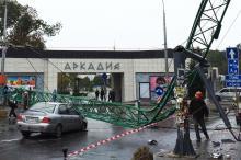 Шторм в Одессе: в Аркадии рухнул строительный кран