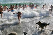 Крещение: одесситы искупались в ледяном море