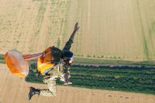 В Одессе пограничники отработали прыжки с парашютом